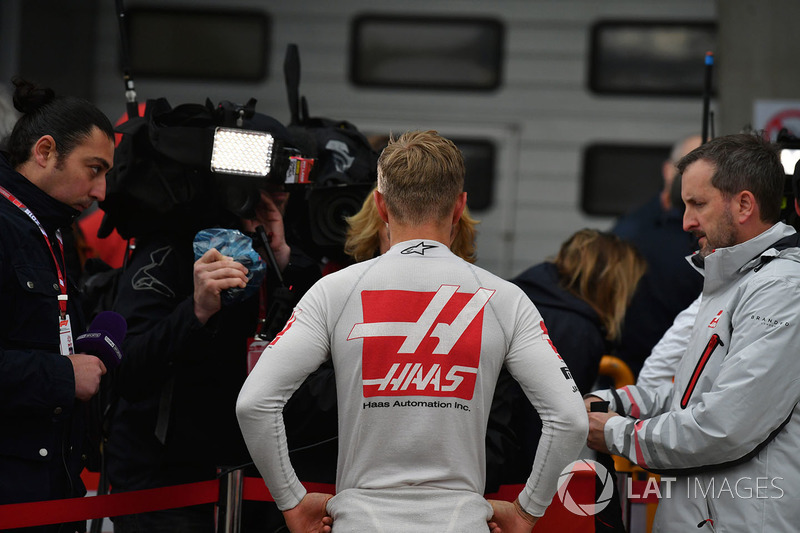 Kevin Magnussen, Haas F1 talks with the media