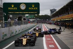Nico Hulkenberg, Renault Sport F1 Team RS17, Brendon Hartley, Scuderia Toro Rosso STR12, Carlos Sainz Jr., Renault Sport F1 Team RS17, Marcus Ericsson, Sauber C36, Esteban Ocon, Sahara Force India F1 VJM10, queue to leave the pits at the start of Qualifyin