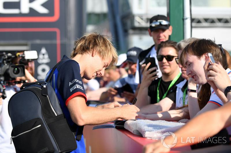Brendon Hartley, Scuderia Toro Rosso signe des autographes pour les fans