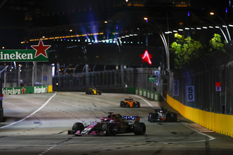 Sergio Perez, Racing Point Force India VJM11, precede Romain Grosjean, Haas F1 Team VF-18, e Fernando Alonso, McLaren MCL33