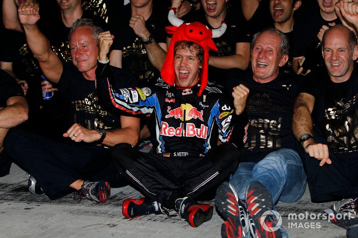 Sebastian Vettel, Red Bull, celebra su campeonato del mundo de 2010.