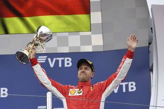 Il terzo classificato Sebastian Vettel, Ferrari, sul podio