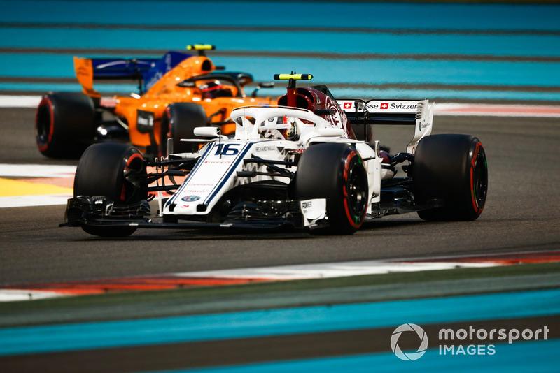 Charles Leclerc, Sauber C37 leads Stoffel Vandoorne, McLaren MCL33