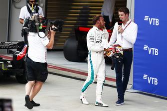 Race winner Lewis Hamilton, Mercedes AMG F1, talks to Paul di Resta, Sky F1