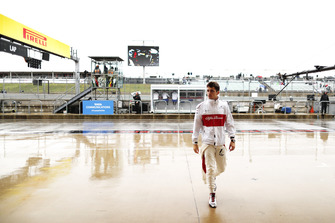 Charles Leclerc, Sauber C37 Ferrari, en un húmedo pit
