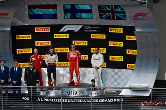 (Da sx a dx): Carlo Santi, ingegnere di pista Ferrari, Max Verstappen, Red Bull Racing, Kimi Raikkonen, Ferrari e Lewis Hamilton, Mercedes AMG F1, sul podio