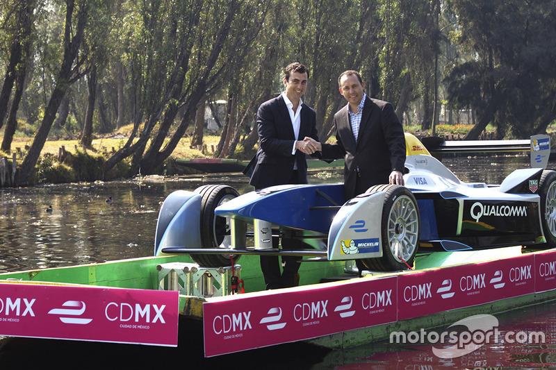 (Izq-Der)Alberto Longo, Co-fundador y Director General de Formula E y Horacio de la Vega, Director General del Indeporte de la Ciudad de México en el Show Car de Fórmula E a bordo de una trajinera en Xochimilco