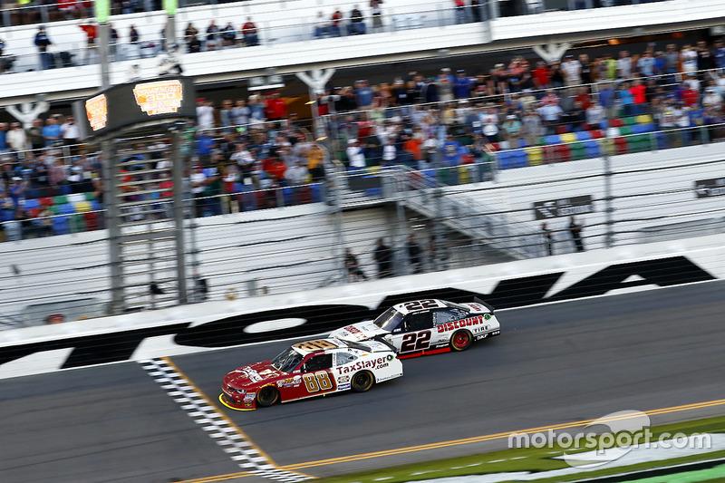 Zieleinlauf: Chase Elliott, JR Motorsports Chevrolet vor Joey Logano, Team Penske