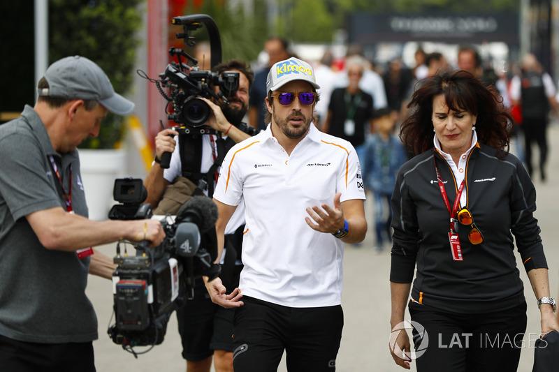 Fernando Alonso, McLaren, es filmado por equipos de cámara, incluido uno del Canal 4