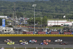 Chase Elliott, Hendrick Motorsports, Chevrolet Camaro SunEnergy1 and Paul Menard, Wood Brothers Racing, Ford Fusion Menards / Knauf