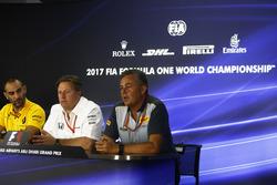 Cyril Abiteboul, Managing Director, Renault Sport F1 Team, Zak Brown, Executive Director, McLaren Technology Group, Mario Isola, Racing Manager, Pirelli Motorsport, in de persconferentie