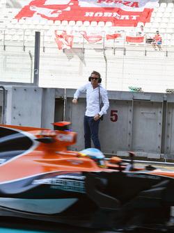 Fernando Alonso, McLaren MCL32 passe Nico Rosberg, ambassadeur Mercedes-Benz