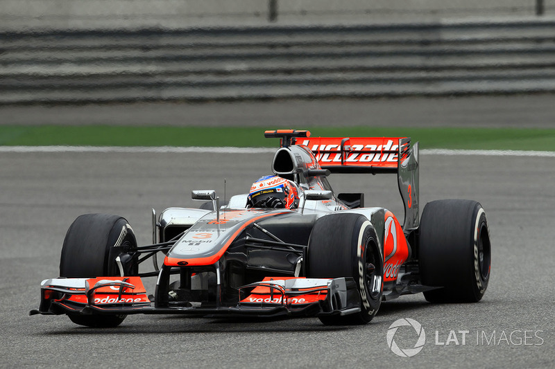 Вторым остался и Шумахер, а вот Баттон с пятой позиции перепрыгнул на третью. Как выяснилось через полтора часа, этот маневр принес ему подиум