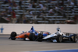 Скотт Диксон, Chip Ganassi Racing Honda, и Симон Пажено, Team Penske Chevrolet