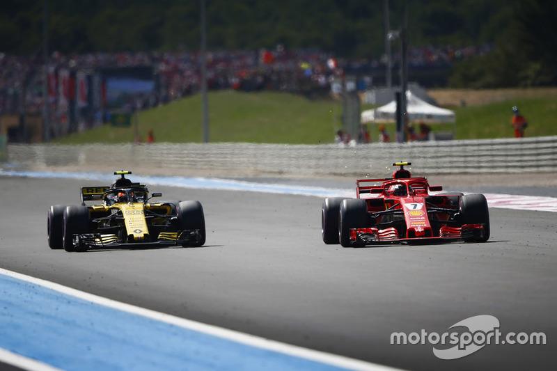 Kimi Raikkonen, Ferrari SF71H, supera Carlos Sainz Jr., Renault Sport F1 Team R.S. 18