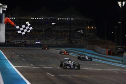 Lewis Hamilton, Mercedes F1 W07 Hybrid, pakt de zege voor Nico Rosberg, Mercedes F1 W07 Hybrid, Sebastian Vettel, Ferrari SF16-H, en Max Verstappen, Red Bull Racing RB12