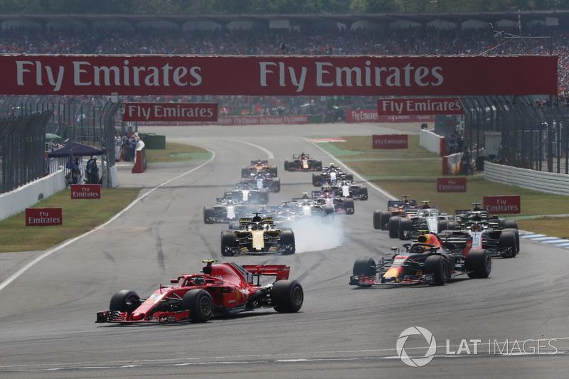 Kimi Raikkonen, Ferrari SF71H dan Max Verstappen, Red Bull Racing RB14
