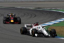 Маркус Эрикссон, Alfa Romeo Sauber C37, и Даниэль Риккардо, Red Bull Racing RB14