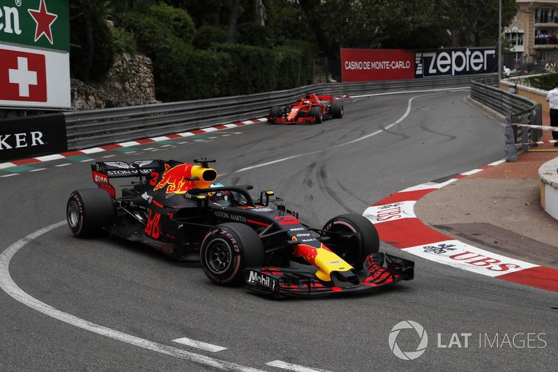 Daniel Ricciardo, Red Bull Racing RB14 precede Sebastian Vettel, Ferrari SF71H