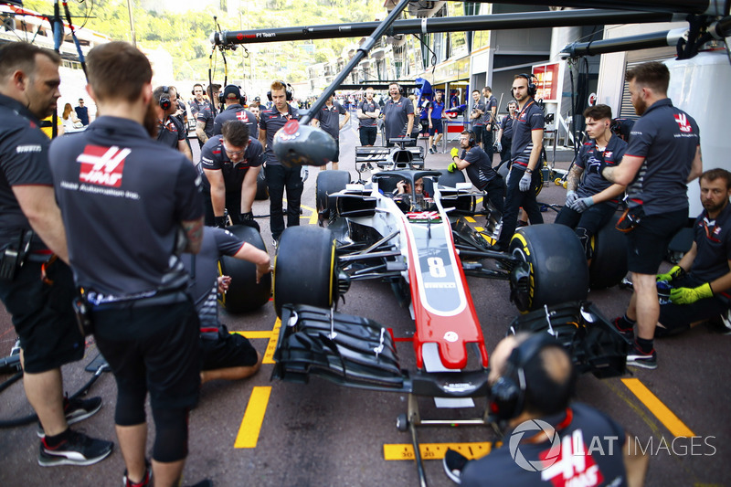 Haas F1 Team pit stop practice