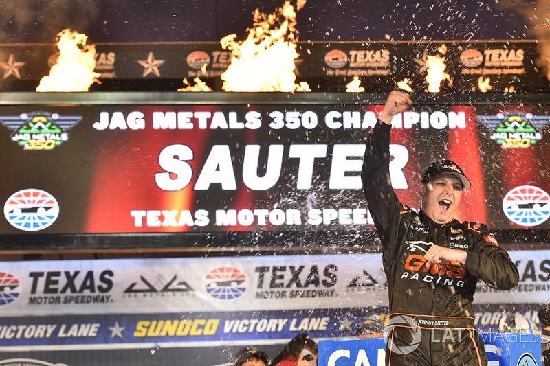 A NASCAR teve rodada tripla no Texas, com vitórias de Johnny Sauter, pela Truck Series, na sexta-feira.