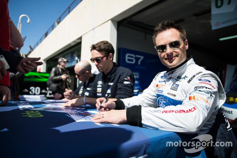 #67 Ford Chip Ganassi Racing Team UK, Ford GT: Marino Franchitti, Andy Priaulx, Harry Tincknell, schreiben Autogramme für die Fans