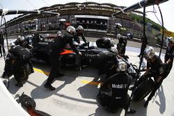 Fernando Alonso, McLaren MP4-31 en los pits