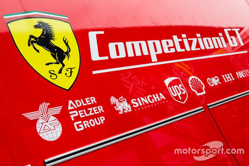 Вантажівка та лого Ferrari Competizioni GT