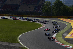 Alexander Albon, ART Grand Prix leads Oscar Tunjo, Jenzer Motorsport and the rest of the field at the start of the race