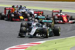 Nico Rosberg, Mercedes AMG F1 W07 Hybrid y Lewis Hamilton, Mercedes AMG F1 W07 Hybrid al inicio de l