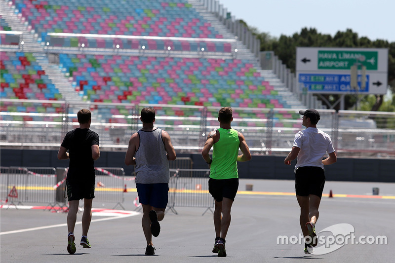 Дженсон Баттон, McLaren Honda та резервний пілотMcLaren F1 Team Стоффель Вандорн