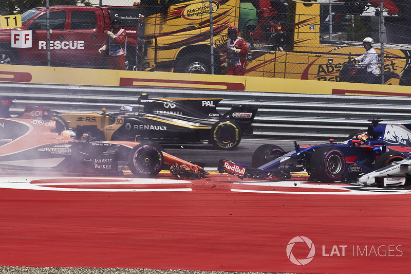 Kollision: Daniil Kvyat, Scuderia Toro Rosso STR12, Fernando Alonso, McLaren MCL32, Max Verstappen, Red Bull Racing RB13