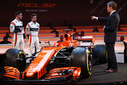 Гонщики McLaren Стоффель Вандорн и Фернандо Алонсо, телеведущий Саймон Лэзенби на презентации автомобиля MCL32