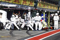 Felipe Massa, Williams FW40, makes a pit stop