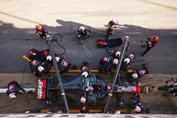 Romain Grosjean, Haas F1 Team VF-17, en pit stop