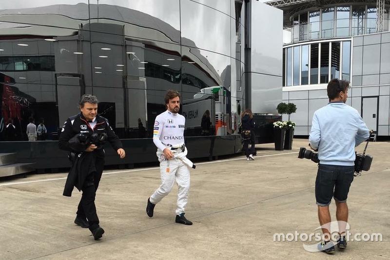 Iker Viana, cámara de televisión de Movistar + F1, y Fernando Alonso