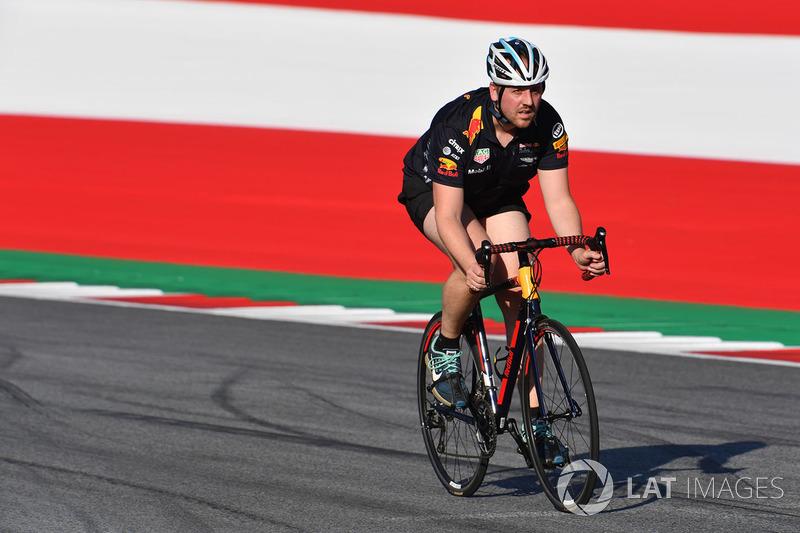 Велосипедист на трассе