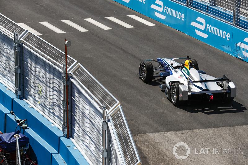 Chris Hemsworth guida una vettura di Formula E