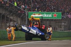 Kazalı Antonio Giovinazzi, Sauber C36 pistten kaldırılıyor
