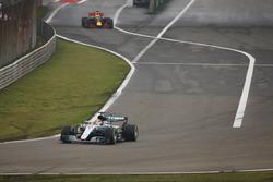 Lewis Hamilton, Mercedes AMG F1 W08, lidera a Daniel Ricciardo, Red Bull Racing RB13