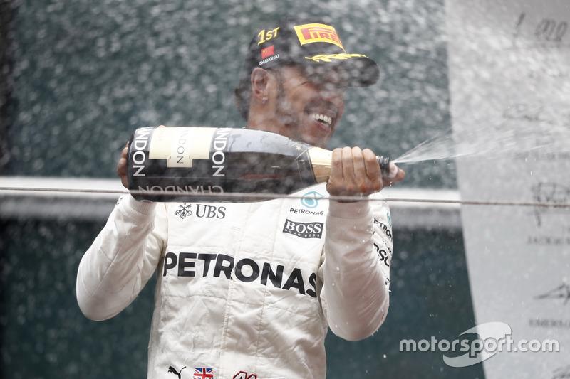 Podium: Lewis Hamilton, Mercedes AMG, spritzt Champagner