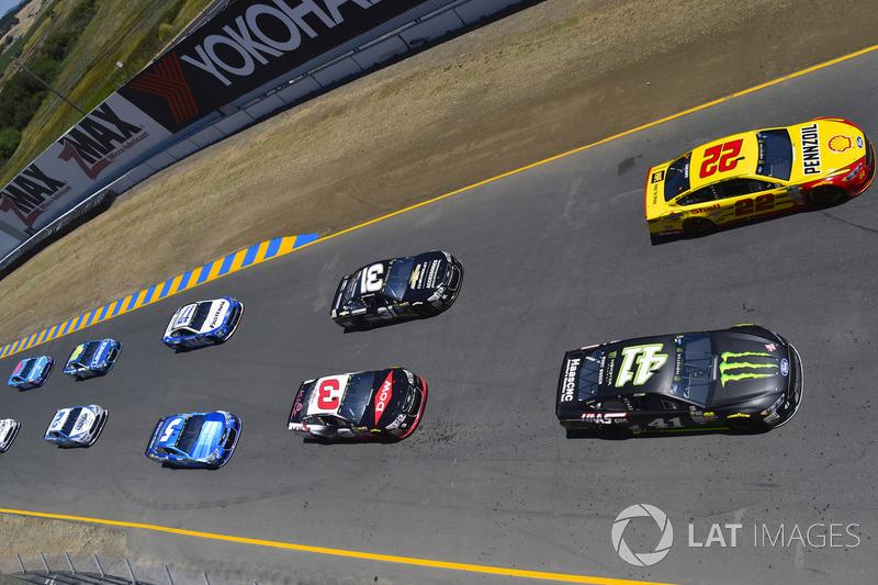 Joey Logano, Team Penske Ford, Kurt Busch, Stewart-Haas Racing Ford