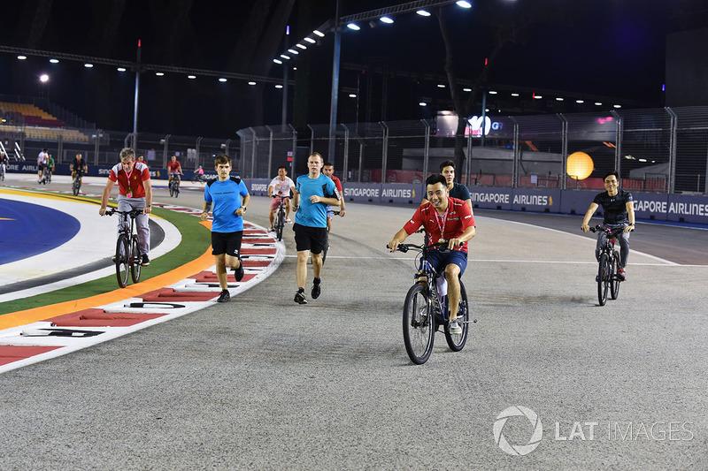 Велосипеди та бігуни на трасі