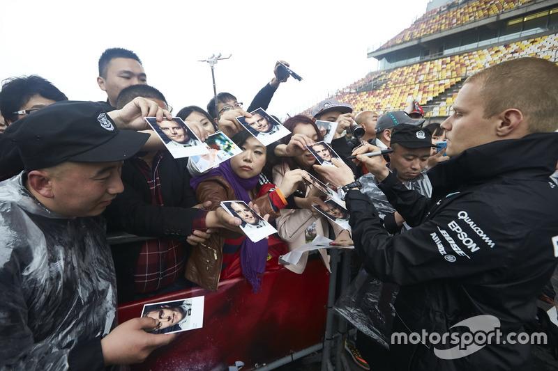 Valtteri Bottas, Mercedes AMG, firma autografi ai fan