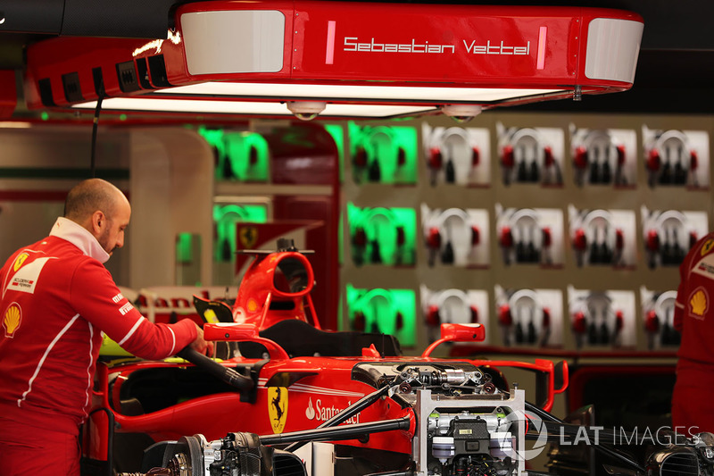 Ferrari SF70-H en el garaje