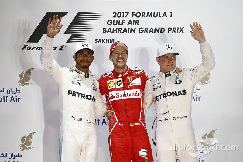 3º Podio del GP de Bahrein 2017 - 2º Lewis Hamilton, Mercedes; 1º Sebastian Vettel, Ferrari; 3º Valtteri Bottas, Mercedes