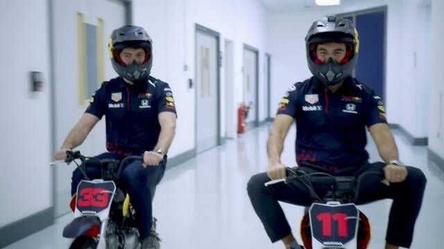 Max y Checo en la fábrica de Red Bull Racing F1