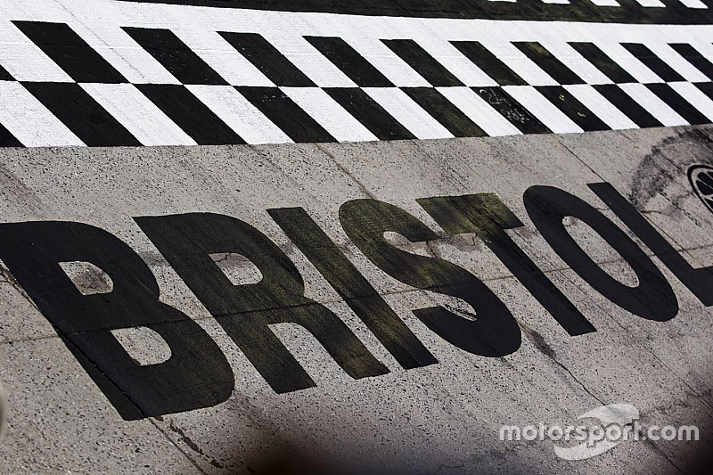 Гонка NASCAR в Бристоле началась, но не закончилась