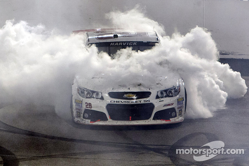 Harvick takes Saturday night thriller in final laps at Richmond
