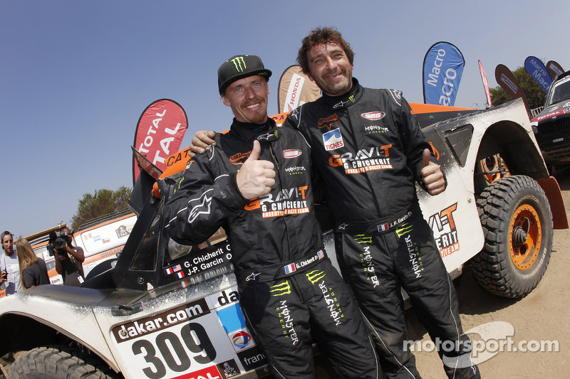 2014 Dakar Update: Eric Vigouroux hands Guerlain Chicherit his steering wheel!